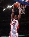 图文:[NBA]活塞主场胜猛龙 约翰逊双手扣篮