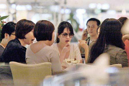 宋慧乔与工作人员就餐