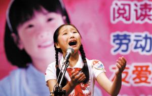 """4月14日,18号选手张梦娴在""""羊城小市长""""竞选活动发表激情演讲。(记者 龙成关 摄)"""