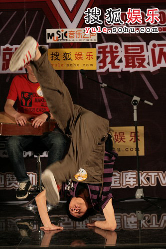 申屠非凡唱到即兴处跳街舞