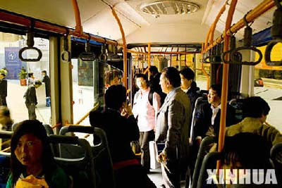 """4月18日,参观者在25米长的""""子弹头""""公交车内体验。新华社发"""