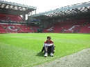 图文:丁俊晖英伦游记 坐在安菲尔德球场草坪上