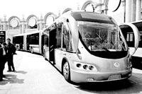 """在昨天的新型公交车展上,一辆25米长的""""子弹头""""公交车吸引了不少人的目光。新华社发"""