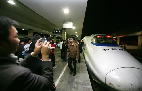 4月18日,南昌到长沙的动车组抵达长沙。市民纷纷拍照留念。 记者 于海洋 摄