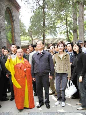 释永信(左)为连战夫妇当起了导游。