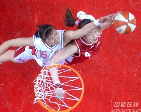 图文:[WCBA]总决赛首场 陈楠内线争抢