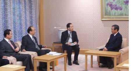 日本众议院议长河野洋平(右一)、全国政协外委会副主任赵启正(左二)、中国驻日本大使王毅(左一)