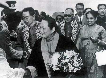 1964年2月,宋庆龄在周恩来、陈毅陪同下访问锡兰,受到锡兰总理班达拉奈克夫人(右一)的热烈欢迎。