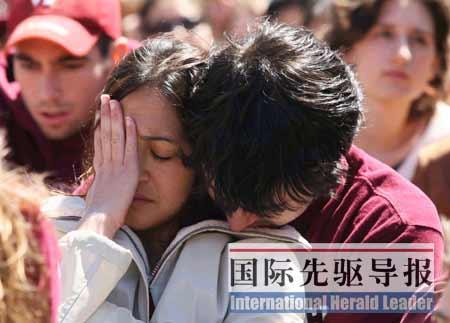 4月17日,弗吉尼亚理工大学校园内,学生们悼念枪击案中的遇难同学。 本报记者 吕明响/摄