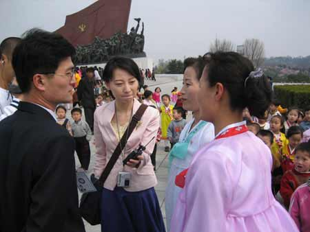 刘芳在平壤街头采访朝鲜妇女。邱震海/摄