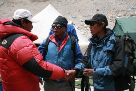旺加教练(中)前往8300米建营