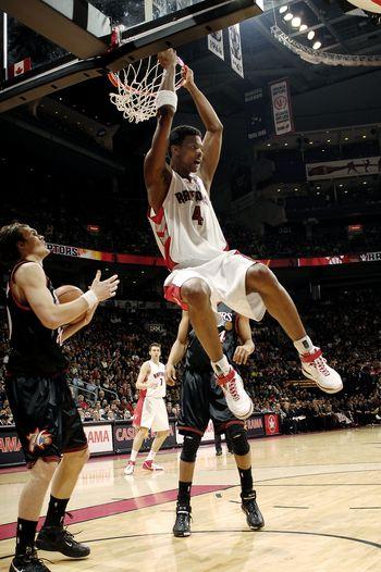 图文:[NBA]猛龙负76人 波什反扣
