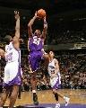 图文:[NBA]湖人锁定西部第七 科比后仰投篮