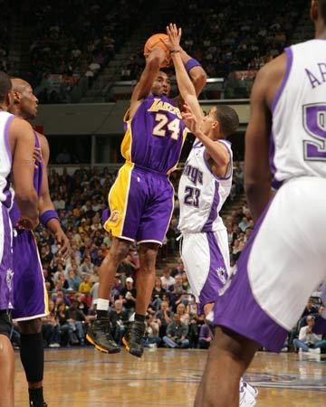 图文:[NBA]湖人锁定西部第八 科比外线飙射