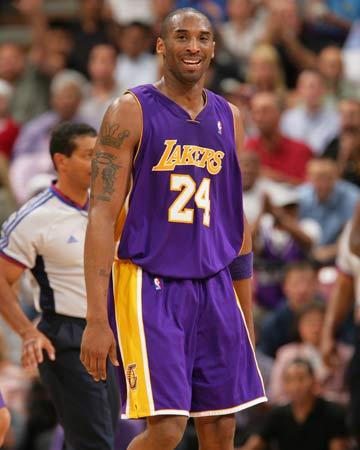 图文:[NBA]湖人锁定西部第八 科比露出笑容