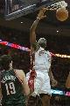 图文:[NBA]骑士胜雄鹿 詹姆斯扣篮