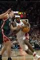 图文:[NBA]骑士胜雄鹿 詹姆斯运球突破