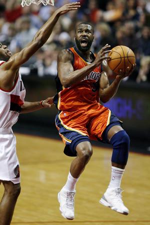 图文:[NBA]勇士胜开拓者 戴维斯飞身上篮