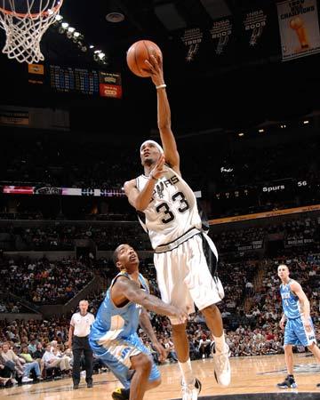 图文:[NBA]马刺不敌掘金 怀特左手上篮