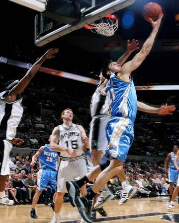 图文:[NBA]马刺不敌掘金 纳克巴回首望月