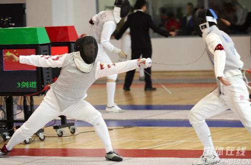 图文:击剑冠军赛北京站 张亮亮在花剑比赛中