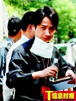 在气体泄漏地点附近,一名抢险工作人员带起口罩在工作。广州日报记者 黎旭阳 摄