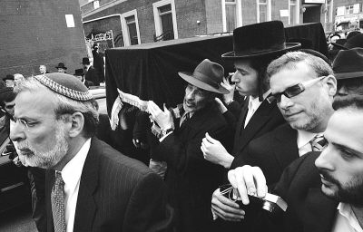 2007年4月18日,美国纽约,在弗吉尼亚理工大学枪击事件中因挺身堵枪口保护学生而牺牲的列维·利布雷斯库的葬礼隆重举行。当地市民纷纷前来为老教授送行。据悉,列维·利布雷斯库最终将被运回以色列安葬。盖蒂摄
