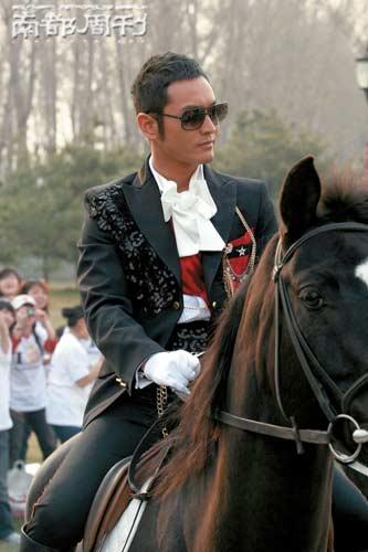 黄晓明骑马来到签约现场。