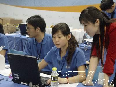 在机场的博鳌亚洲论坛接待中心,大学生志愿者们紧张忙碌.图片
