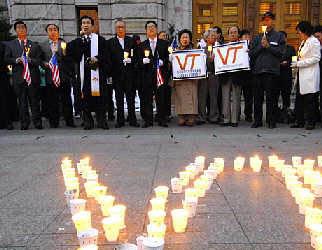 4月18日,在韩国首都首尔,民众为美国弗吉尼亚理工大学枪击事件遇难者守夜。