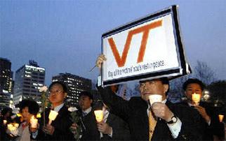 在韩国首都首尔,民众手持蜡烛为美国弗吉尼亚理工大学枪击事件遇难者守夜