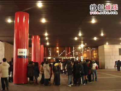 新馆内部的主录影馆门前,这些是正在等待音乐节目《Music Bank》录影入场的观众们。