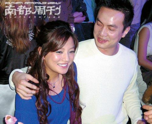 赵薇在场内看手机,和李泉颇为亲密