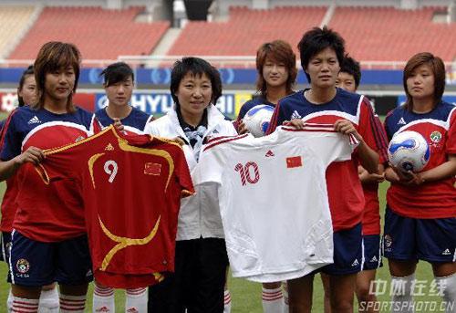 图文:[女足]中国备战明星赛 比赛球衣展示