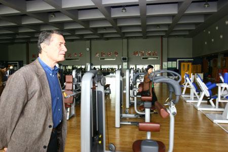 主席在奥体馆的健身房参观
