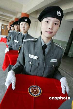 北京奥运保安员将佩带新的臂章。