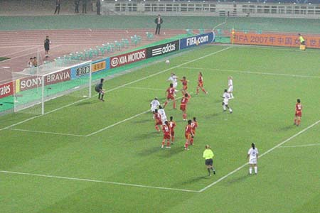 图文:[女足]中国VS明星联队 后点无人盯防