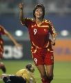 图文:中国女足3-2明星联队 韩端在进球后庆祝