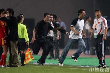 图文:[女足]中国3-2明星联队 球场不速之客