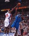 图文:[NBA]活塞胜爵士 霍华德遭麦克代斯封盖