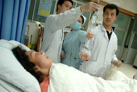 医生为病人抢救治疗