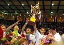 图文:WCBA辽宁队85-82八一夺冠 高举奖杯庆祝
