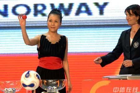 图文:[女足]07世界杯抽签 田震展示抽签