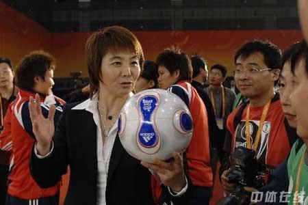 图文:[女足]07世界杯抽签 高红到场助兴