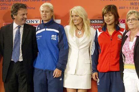 图文:[女足]07世界杯抽签 抽签代表合影