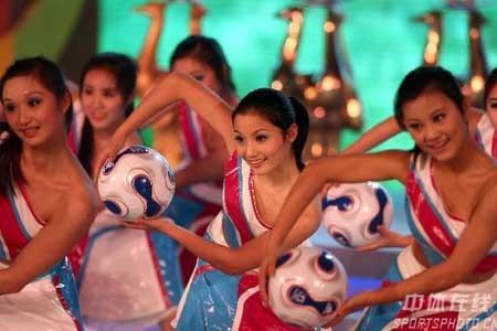 图文:[女足]07世界杯抽签 美女舞蹈表演