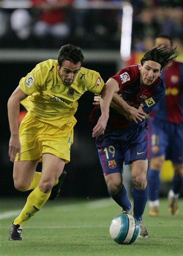图文:[西甲]维拉2-0巴萨 梅西遭遇强阻