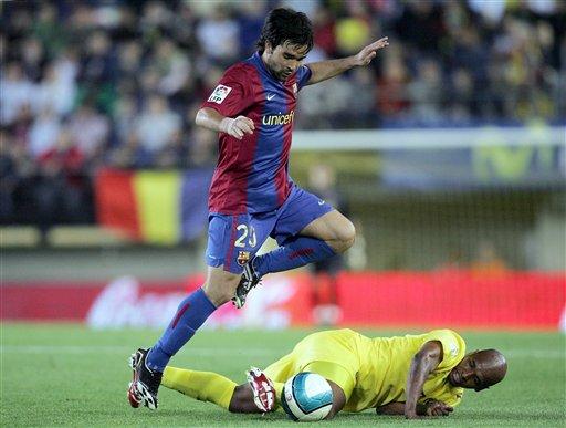 图文:[西甲]维拉2-0巴萨 塞纳被掀翻在地
