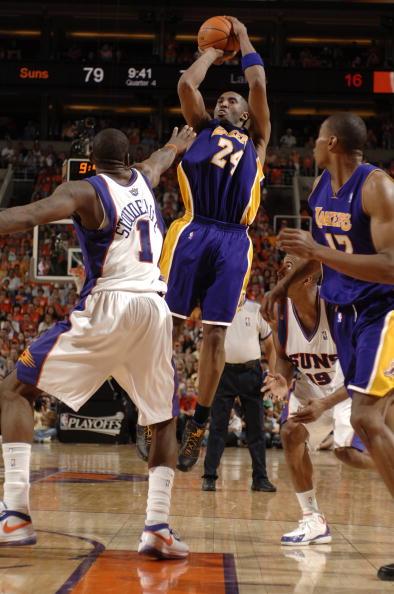图文:[NBA]湖人负太阳 科比后仰跳投