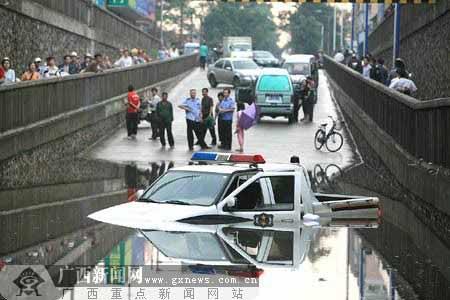 暴雨造成柳州市多处内涝,图为红碑路铁路立交桥底,一执行任务的警车被齐腰深的积水困住抛锚。记者 卿要林 摄